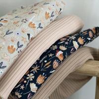 Dank allemaal voor het mooie weekend. Met het regenachtig weer van de laatste tijd zou je denken dat het herfst is. Deze stofjes zijn nieuw binnen en ik denk dat van de prints dan eindelijk flared pants gaan komen voor dochterlief! (De navy is zoo donker dat hij bijna zwart lijkt! Heel erg mooi) Tips voor het beste patroon voor een tenger meisje?  #stoffentijd #familyfabrics #fabrics #tricots #tricotaddict #flaredpants #naaienvoorkinderen #stofverslaafd #ribtricot #sewing #stoffen #stoffenwinkel #stoffenwebhop