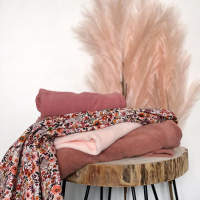 Een heerlijk stapeltje om een mini capsule van te maken!  De Fleurs aquarelle nu in double gauze! Heerlijk luchtig voor de zomer. Mooi te matchen met de rekbare badstof powder roze of kleiroze! Denk aan shorts of top. En nieuw binnen de hydrofiel Jersey.  #stoffentijd #summersew #fabrics #fleursaquarelle #poppydesignedforyou #zomerstoffen #sponge #fabrics #fabric #fabriclover #stoffenwinkel #naaienvoorkinderen #naaienvoormeisjes #naaienvoorjongens #lovetosew #sewing #rekbarebadstof
